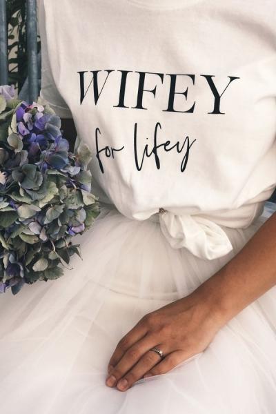 "T-Shirt mit Print ""Wifey for Lifey"" in blanc de blanc"