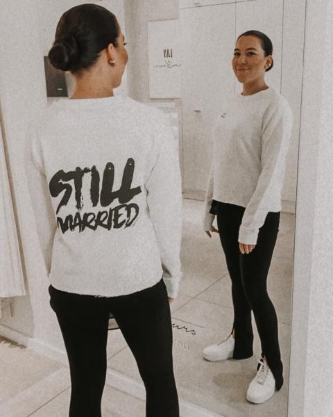 STILL MARRIED – Sweatshirt ivory mit Front- und Backprint