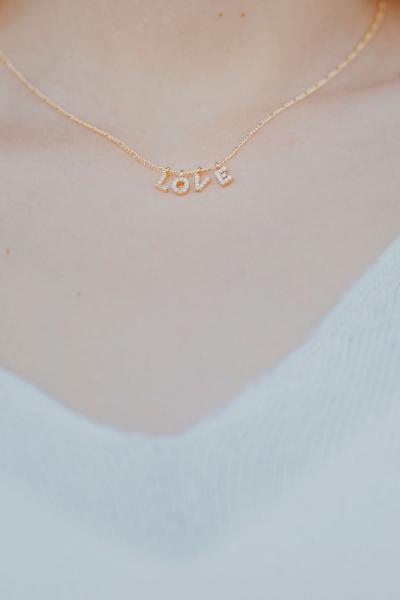 LOVE – Halskette in Weiß